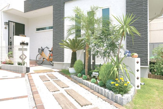 アクセントの植物がに日常と家を隔ててくれる